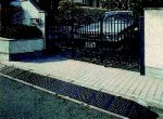お客様実例:段差スロープ 段差解消 ハイ・ステップコーナー 150mm段差用セット品・3200×400×145mm 4t車まで プラスチック製 駐車場のバリアフリー