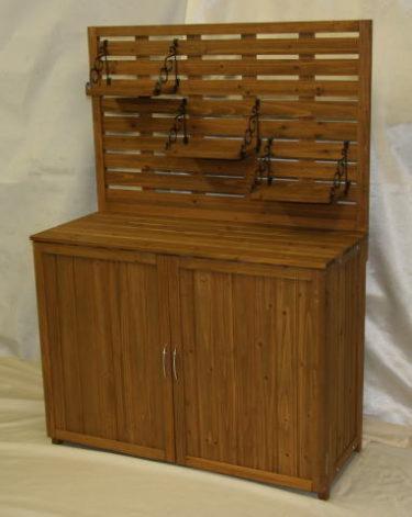 パネル飾り棚付き木製物置はガーデニング用品も沢山入り大満足