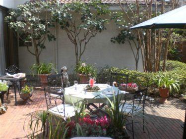 アイアンのガーデンチェアを中庭に設置し主人と庭で昼食を
