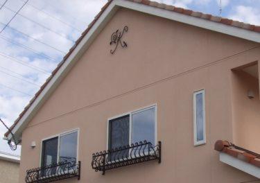 オリジナル制作アイアン妻飾りでこだわりの南欧風家づくり