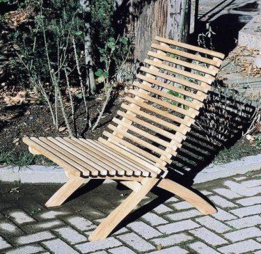 低めのゆったりできるチーク製ガーデンチェアは座り心地抜群!