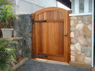 木製の門扉・玄関ドアにアイアンの丁番や取っ手を取付けました